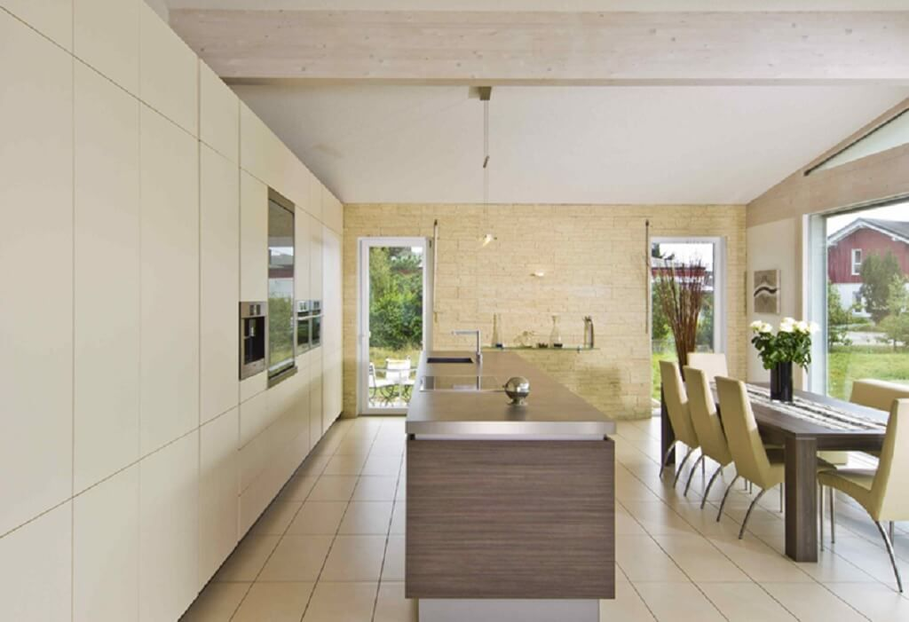 Offene Küche Mit Kücheninsel Und Essbereich Mit Steinwand   Inneneinrichtung  Haus Bungalow Glano Kampa Haus Fertighaus Ideen   HausbauDirekt.de
