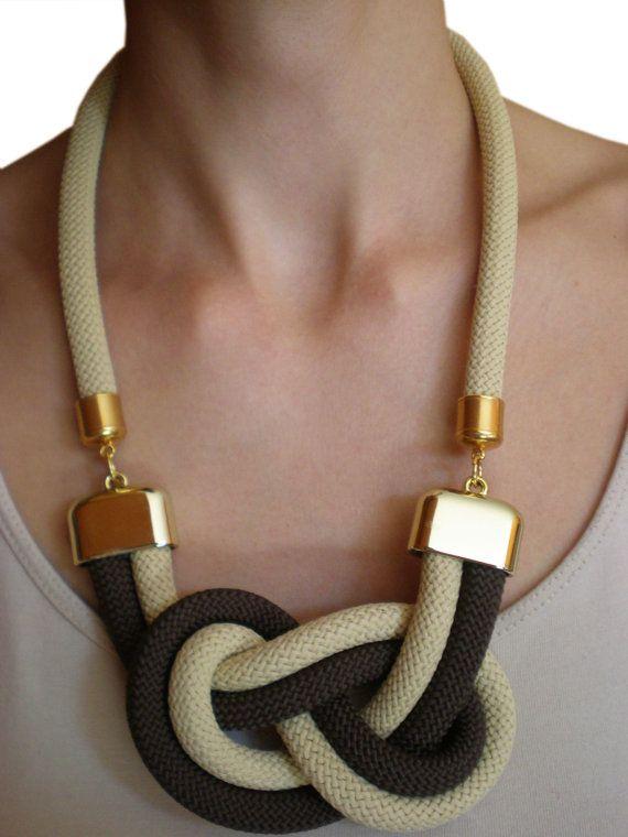 020c69e37895 Con unas cuerdas y unos ganchos podemos hacer un hermoso collar ...
