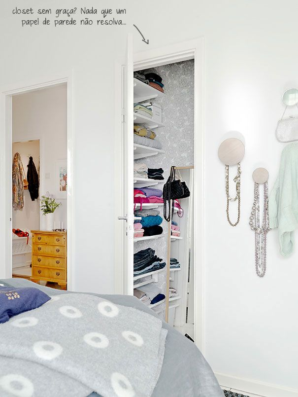 closet wallpaper + penduricalhos na parede