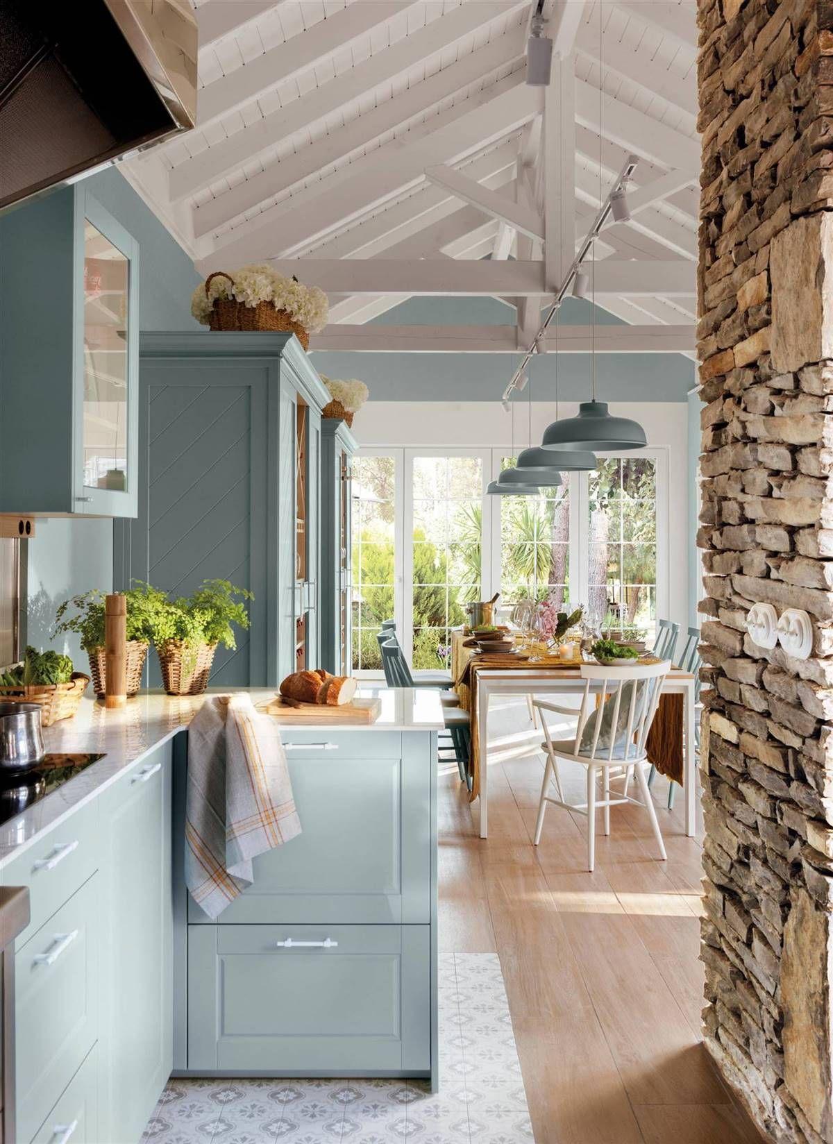 Una cocina azul con office y encanto rústico en 20  Salle à