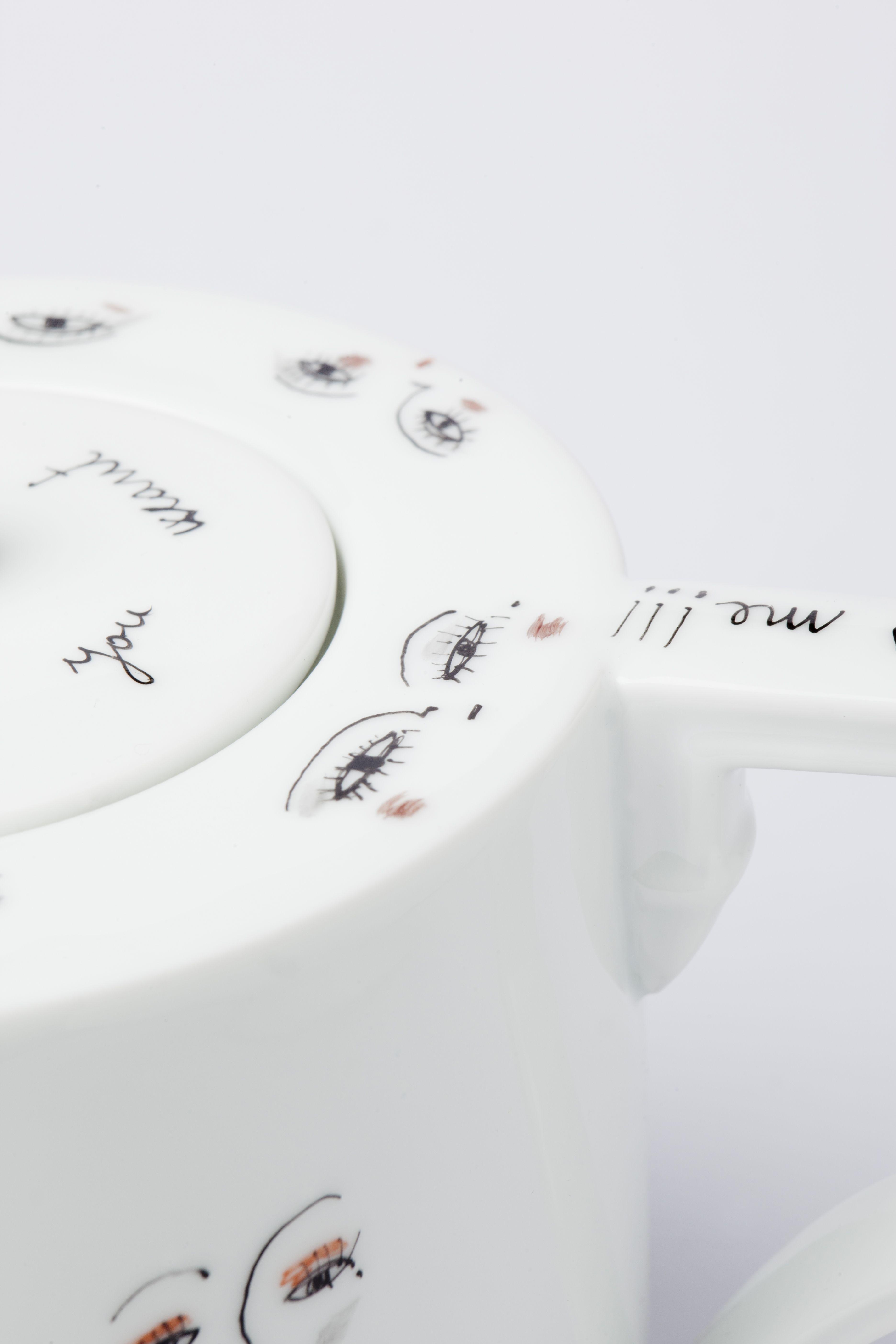 Teiera in porcellana bianca Richard Ginori dipinta a mano. Delicati occhietti disegnati a pennino, dall'artista italiana