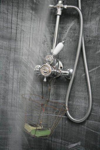 salle de bain une cabine de douche en zinc plaqu. Black Bedroom Furniture Sets. Home Design Ideas