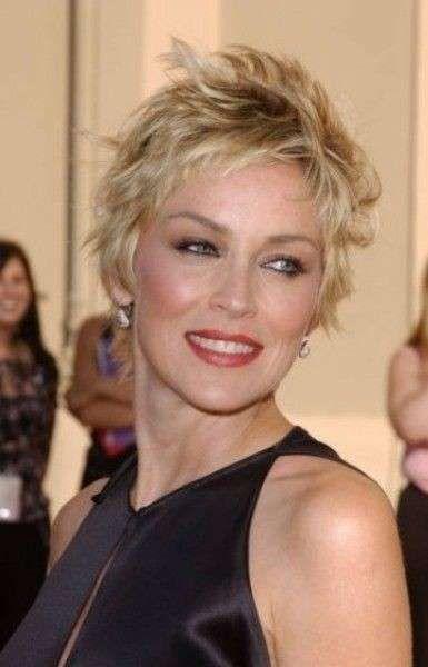 Tagli capelli corti 2014 per cinquantenni - Sharon Stone taglio corto  spettinato bfb318e82260