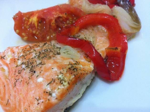 . Salmón al horno con cebolla y tomate .