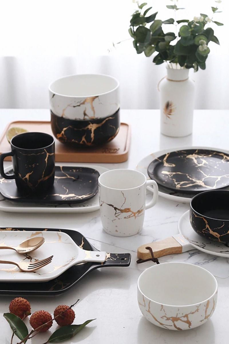 Give Your Dinnerware A Matching Marble Makeover Impress Your Friends With This Sleek Black And White Crockery With Gorgeous Gol Posuda Interer Stilnye Nogti