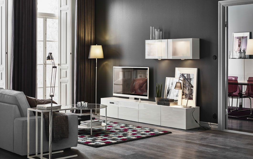 Ein Wohnzimmer mit BESTÅ Kombination mit SELSVIKEN Fronten Hochglanz - Wohnzimmer Ikea Besta