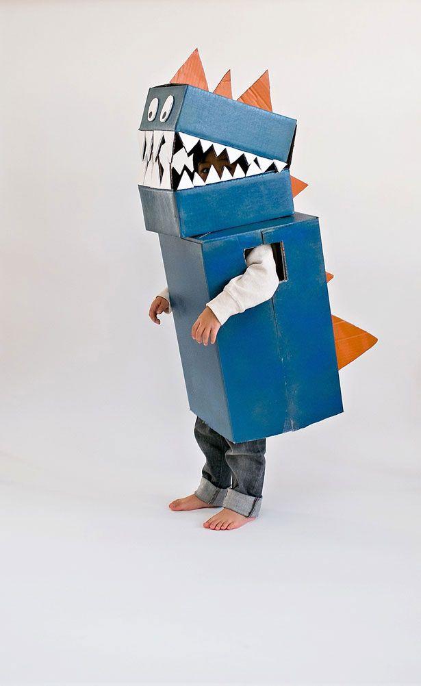 Fantasia de dinossauro com caixa de papelão.