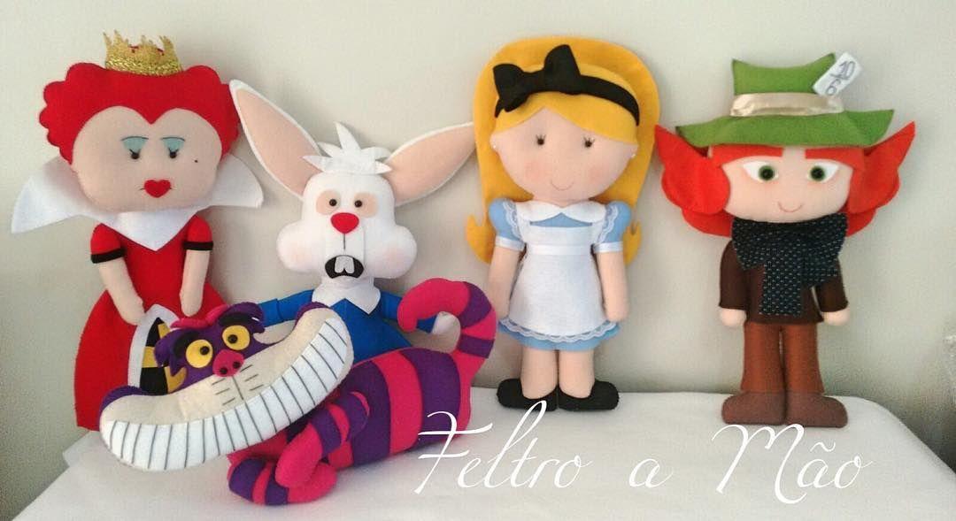 "Lindas turma da ""Alice no país das maravilhas"" By @feltroamaoitz  . O @feltroamaoitz envia para todo o Brasil   . #portaldedicas #dicadoportal #feltro #bonecosdefeltro #bailarinas #festaicenopaisdasmaravilhas #festainfantil #kidsparty #arteemfeltro #aliceinwonderland by portaldedicas"