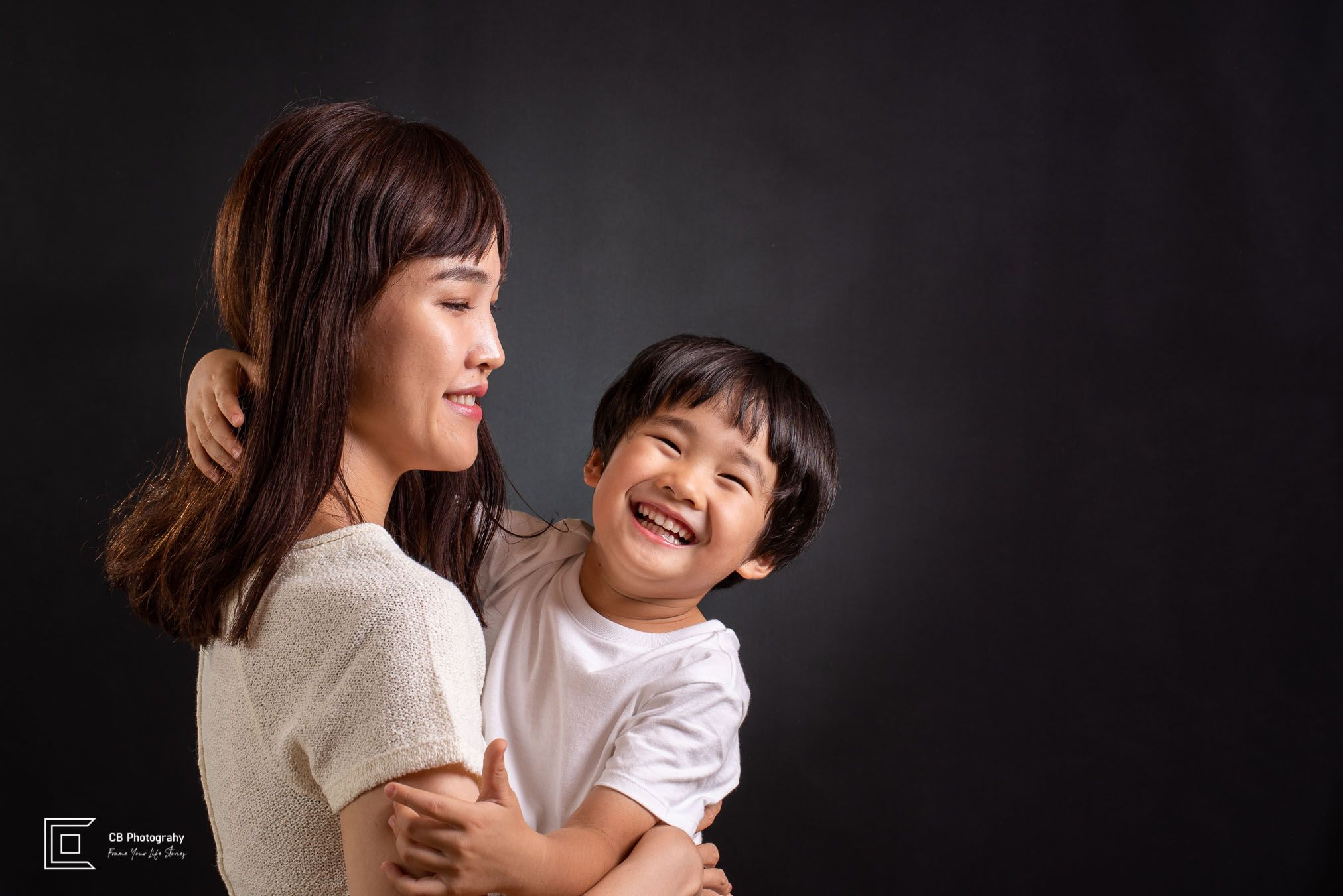 Mother and child studio shoot idea. When I started my home studio adventure, I couldn't imagine the amount of amazing photographs I will be able to create. It was a stiff, rough, yet amazing dance with the lights and shadows, which will continue to grow on me. I mean, look at that smile!😍😘🤩 It says it all, isn't it? #cristiancbucur #tokyophotographer #photographerintokyo #studiophotography #photoshoot #professionalphotography #studiophoto #childphotography
