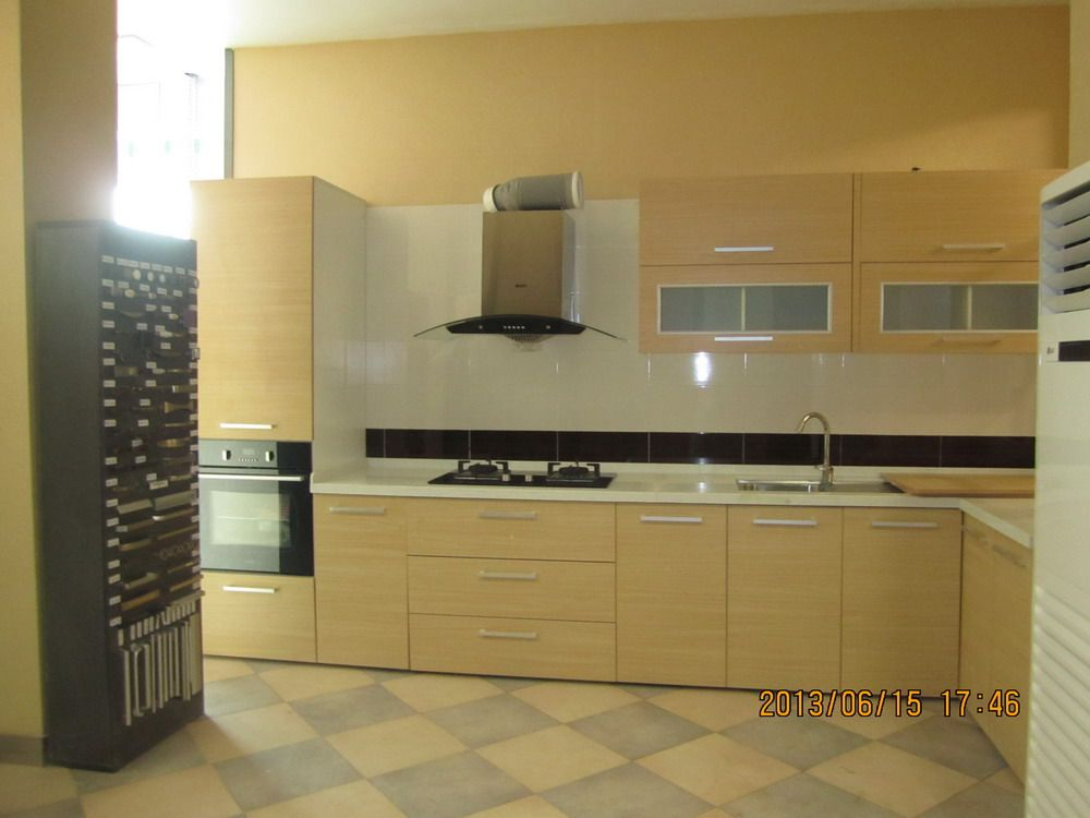 Oppein l shaped kitchen cabinet in accra showroom oppein for Kitchen cabinets ghana