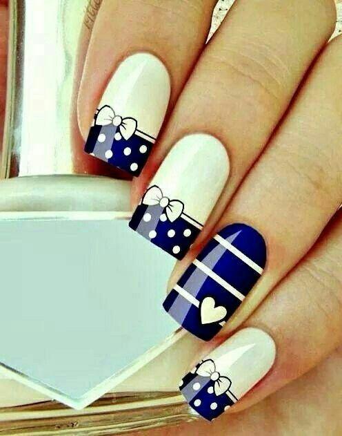 Demasiado bellas uñas azul con blanco en una combinacion hermosa ...