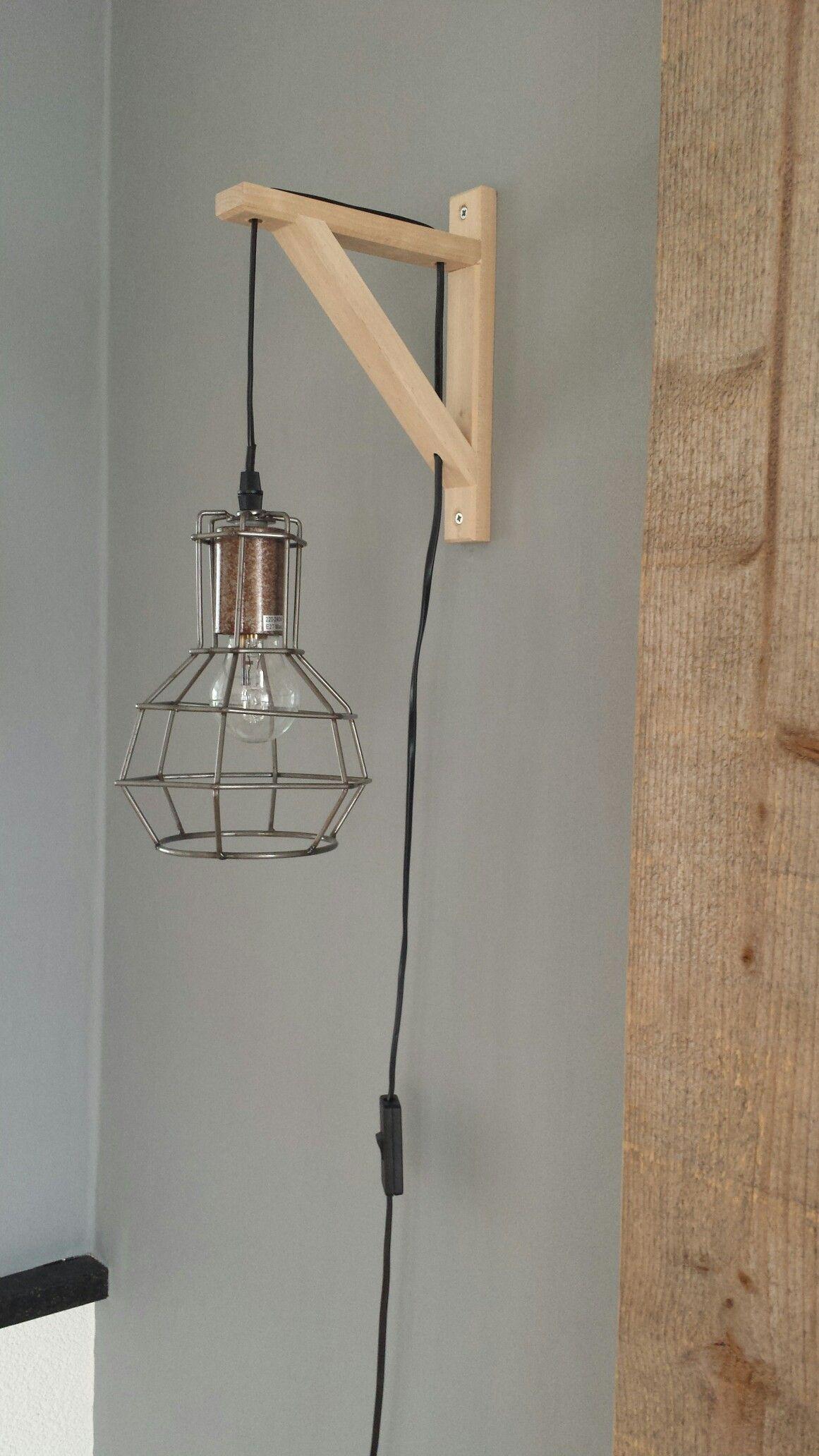 Wandlamp Gemaakt Van Een Lamp Van De Xenos En Een Plankensteun Van Ikea Wandlamp Lampen Verlichting