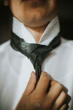 Groom Tie knot wedding photography Pkl Fotografía  © Pankkara Larrea 2016 https://pklfotografia.com