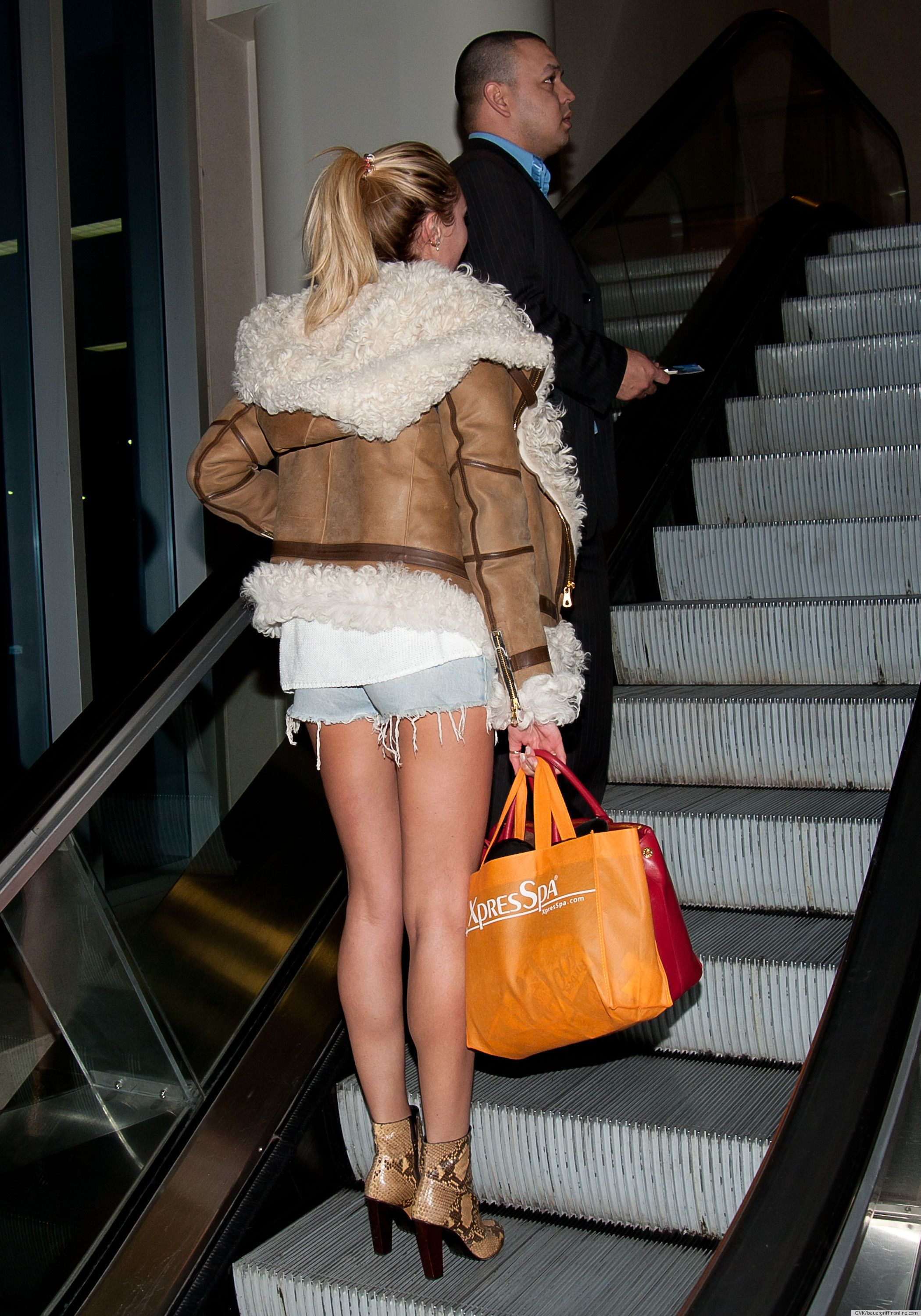 Now thats how ladies should dress in the airport...
