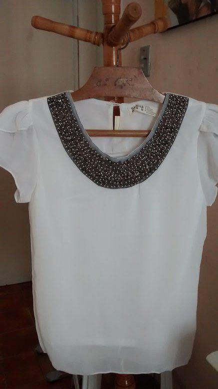 38436da7fb Blusa seda customizada com aplicação de miçangas prateadas e negras ...