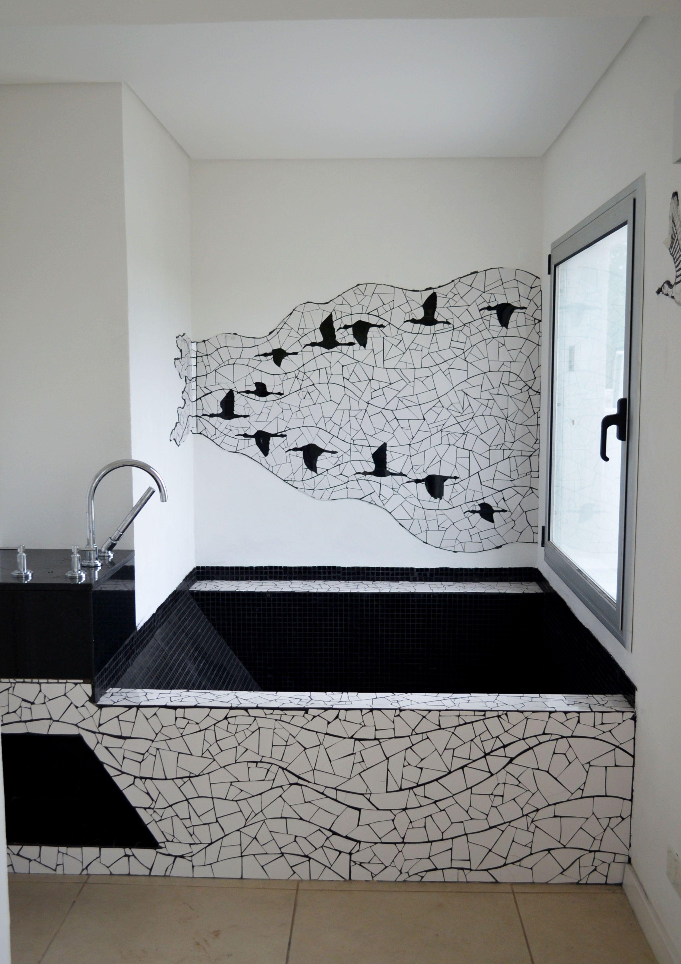 baño. diseño y realización de bañera con venecitas negras y mesada