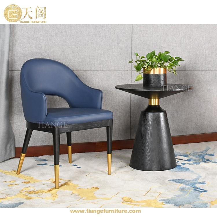 Design Italien Moderne En Bois Sombre Jambe Avec Embouts En Laiton Restaurant Rembourre En Cuir Dinant La In 2020 Leather Dining Chairs Dining Chairs Modern Restaurant