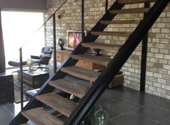 Stalen trap met oude eikenhouten traptreden rene houtman for Metalen trap maken