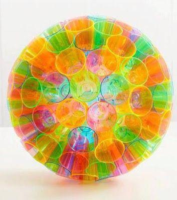 Cómo hacer una esfera colorida con vasos desechebles ~ Mimundomanual