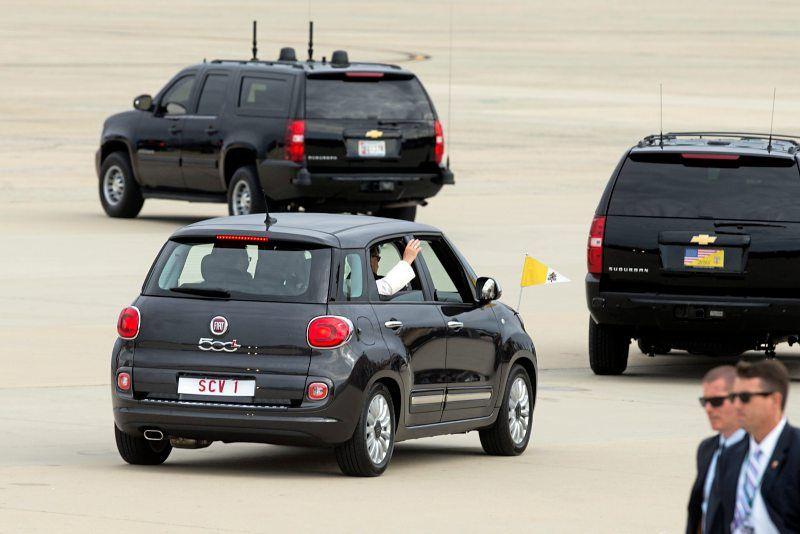 Der Fiat 500 des Papstes neben den gepanzerten SUVs der amerikanischen Sicherheitsleute. Die amerikanische Industrie wendet sich angewidert ab ;-)