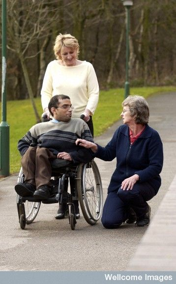 Jeune Homme Atteint De Spina Bifida En Fauteuil Roulant