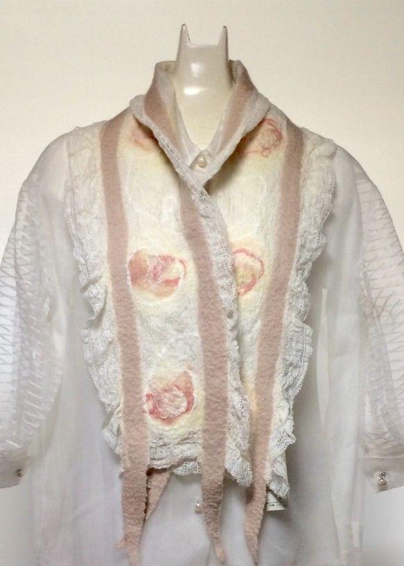 薄手の白のレース生地に、優しい桜色のメリノウールで花模様のような自由なデザインをほどこした、軽くて手触りの心地よいストールです。重さ65g、幅19cm、長さは...|ハンドメイド、手作り、手仕事品の通販・販売・購入ならCreema。