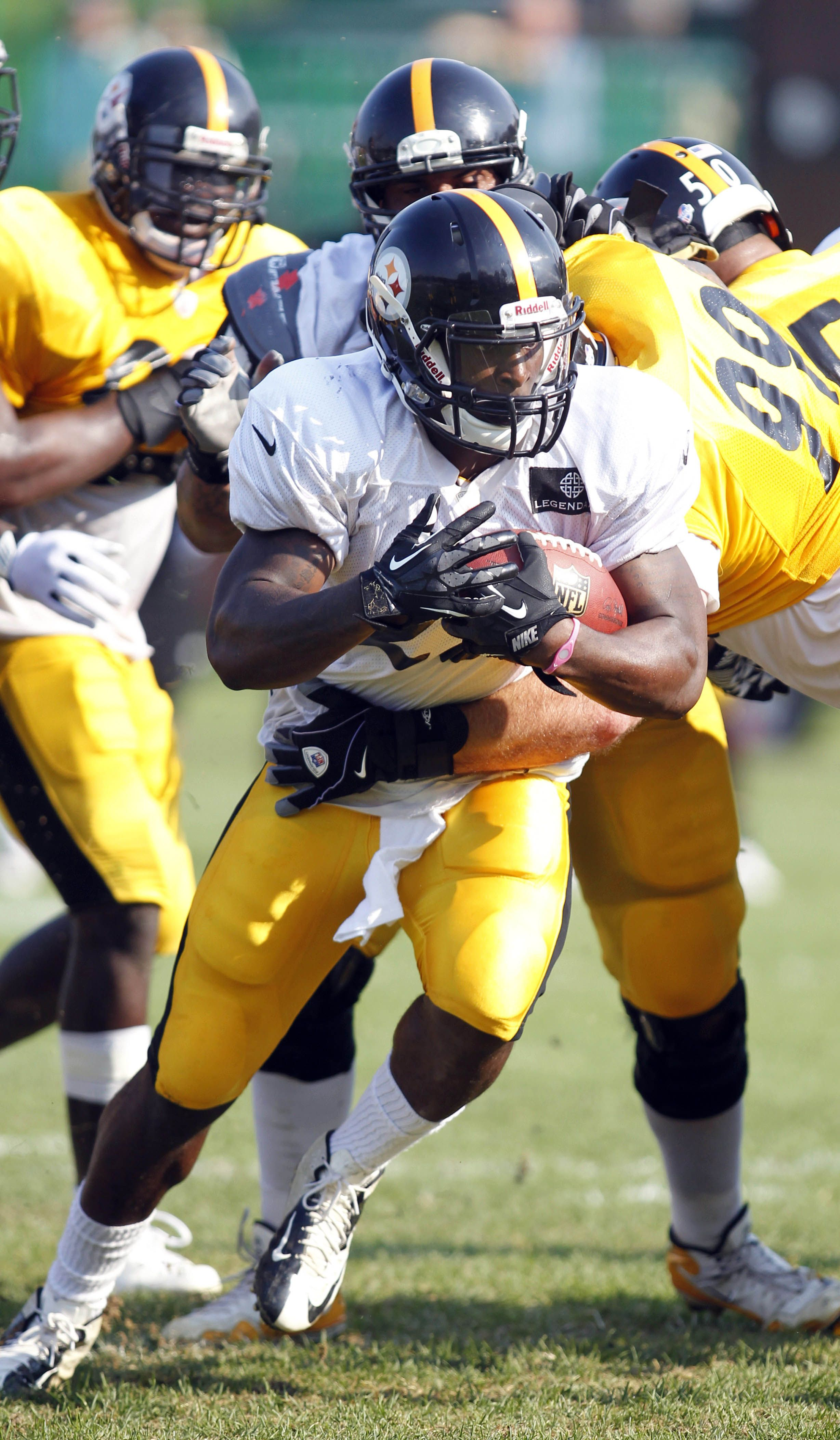 Pittsburgh Steelers running back Le'Veon Bell carries the ball during training camp drills at Saint Vincent College.