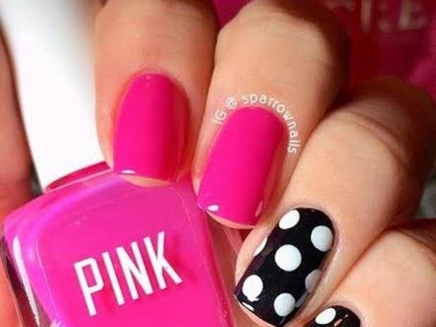 Uñas fucsia con decoración en negro y puntos blancos. Nails pink and black  whit white dots