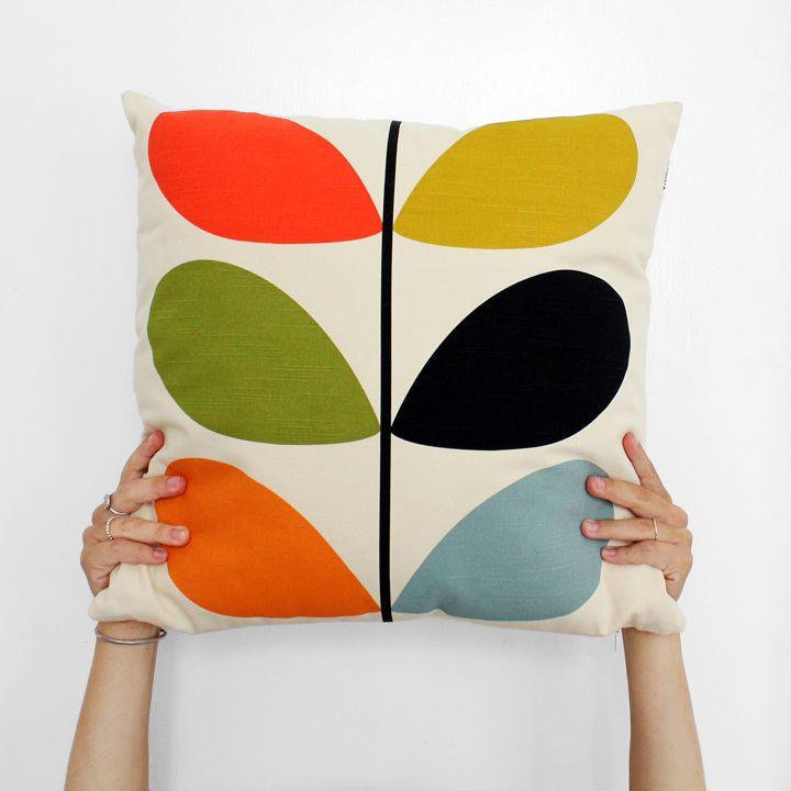 Orla Kiely er navnet på designeren bag mærket, som vi virkelig elsker i Superlove - hendes univers af mønstre og farver med strofer af retro.