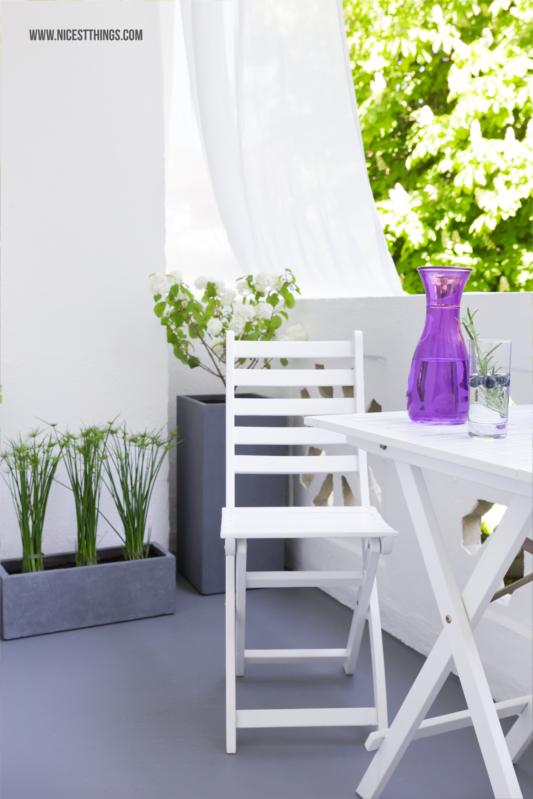 Kleinen Balkon gestalten: Graue Pflanzkübel aus Fiberglas ...