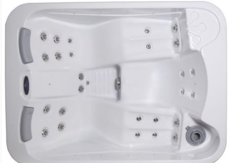 The Moonstone Hot Tub Is A Plug And Play Hot Tub Which Means You Can Simply Plug The Spa In And Use Right Away No Need To Spend Hundreds Of S On