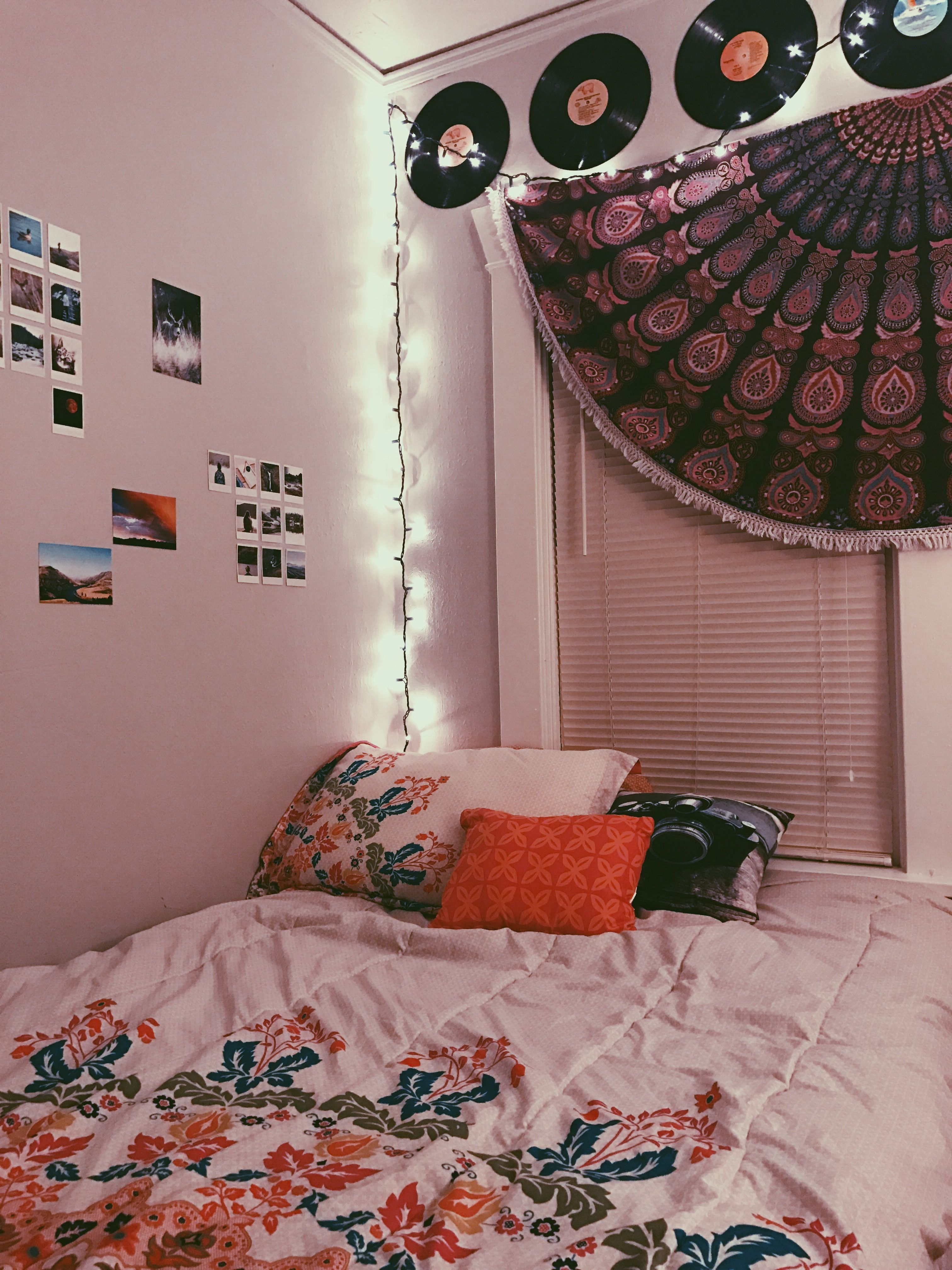 Grunge Teen Bedroom Apartment With Vinyls