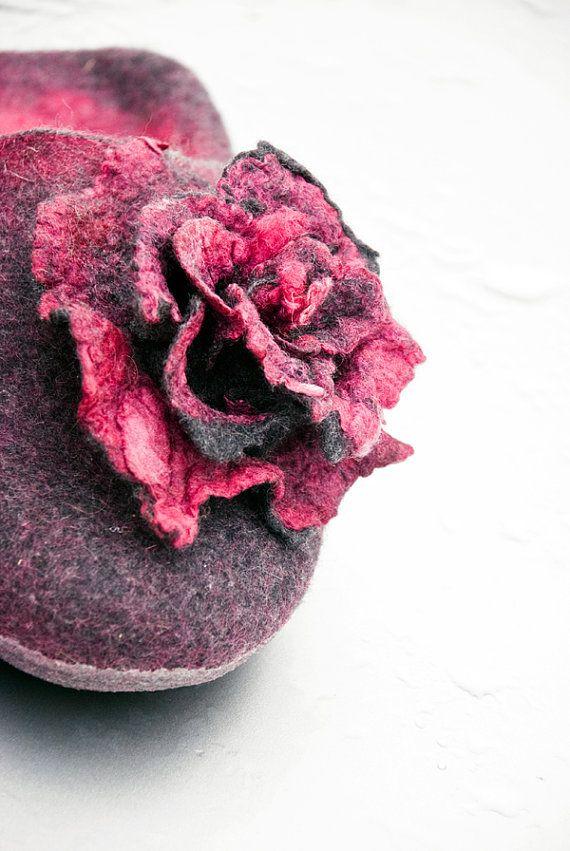 Pantofole e spilla rosa rosa grigio di lana di BureBureSlippers