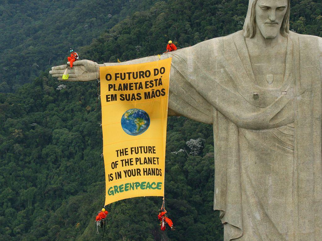 2006 - Convenção de Biodiversidade    Ativistas do Greenpeace penduram uma faixa na estátua do Cristo Redentor, no Rio de Janeiro (RJ), para chamar a atenção de governos globais à proteção da biodiversidade. Representantes de 188 países estavam participando da Convenção de Biodiversidade em Curitiba (PR). (©Daniel Beltra/Greenpeace)
