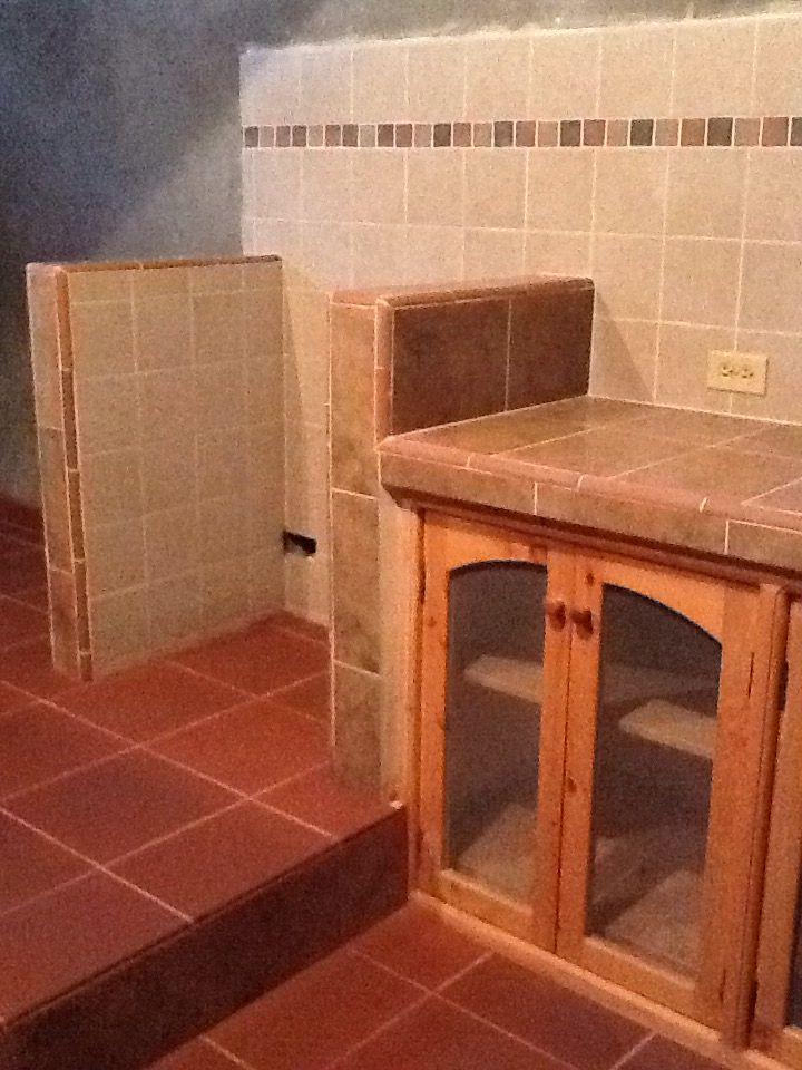 Muebles en pino, mesón en cerámica y pisos en gres rojo