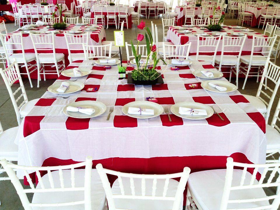 Mesa cuadrada con mantel color magenta cubremantel cuadriculado color blanco silla tiffany con - Mantel para mesa exterior ...