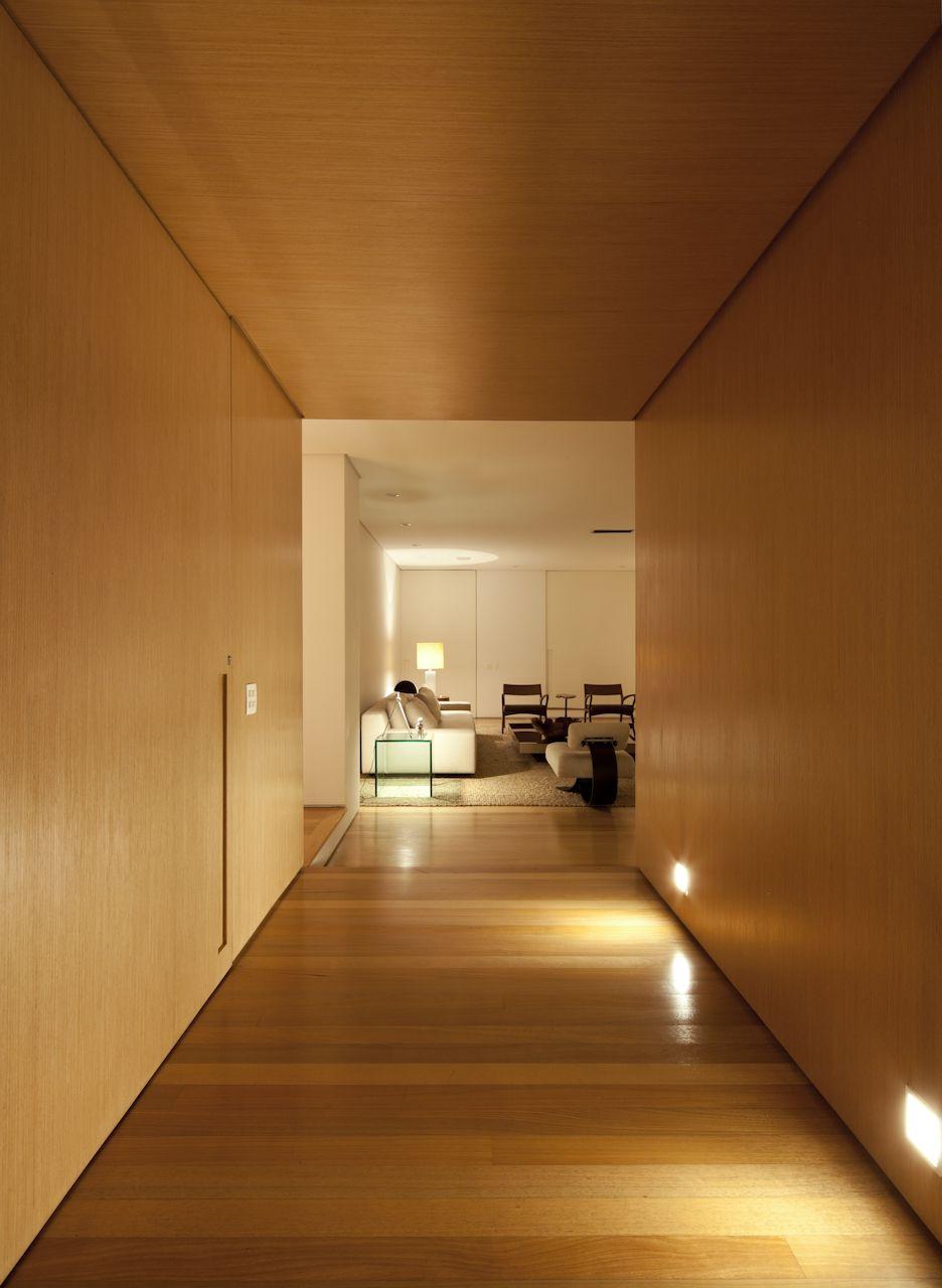 Apartamento Jardim Paulistano / SALA 2 Arquitetura e Design @Sala2arqui #lighting #porta #entrada #entry #entryway #entrance #door #doorway #hall #wood #madeira #wall #panel #painel