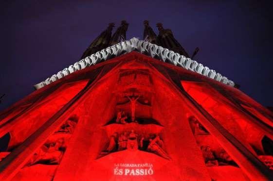 Conjunto de luces iluminan los 12 esculpidos por la fachada de la Pasión (lado occidental) de la Bas... - LLUIS GENE