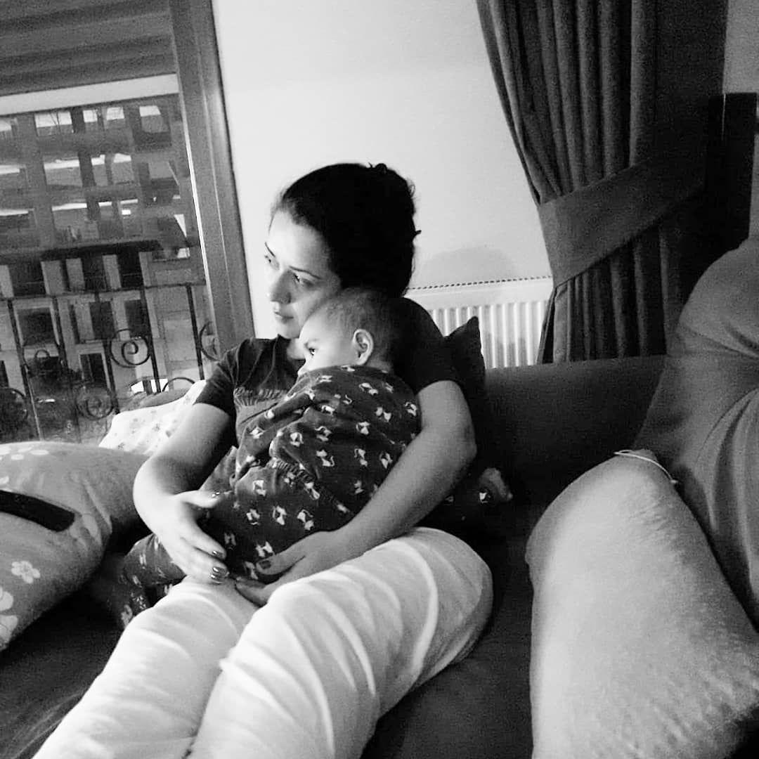 Annesinin uykusuzluğa direnen gözleri, Talya da uykuya direnir hale geliyordu ..olsundu kokuları birbirine karışmıştı yeterdi onlara  iyigeceler .. .. .. ..  uykusuzanneler  uykuvebebek  uyku  uykuarkadaşı  anne  bebek  11aylik  cok  sevmek  bunu  gerektirir  çocukaşkı  cocuk  kizbebekgiyim  insafoto  uykuduzeni  siyahlabeyaz  gece  mummy  baby  cutebaby  babyfotografie