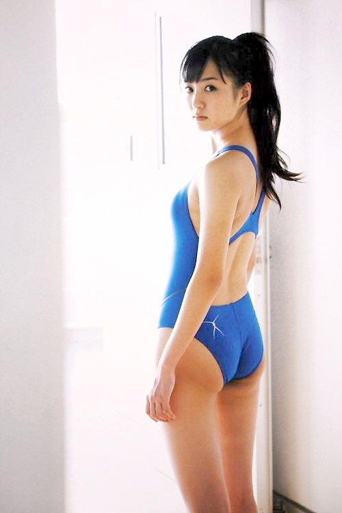 スクール水着を着る高田里穂