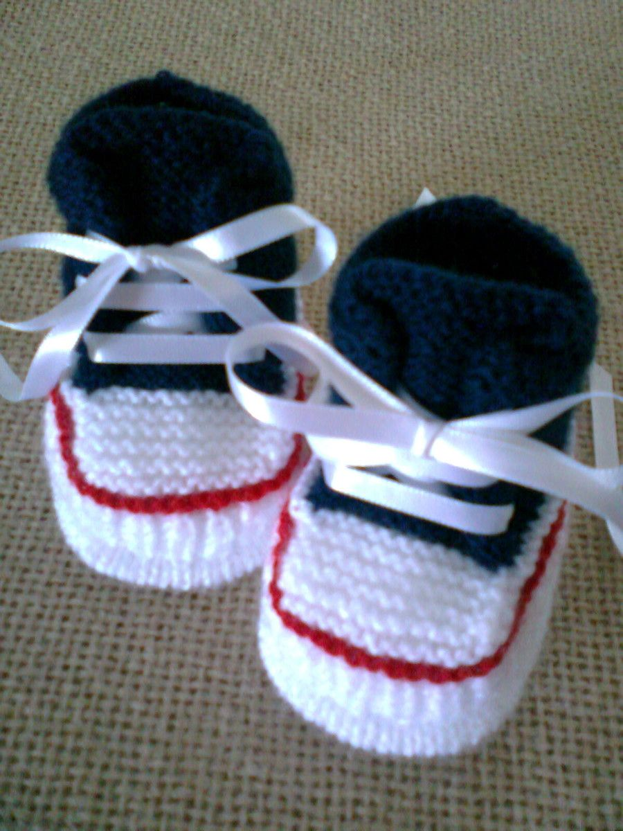 145055cc205 Tênis estilo All Star com fio especial para bebê feito à mão em tricô com  fita de cetim para amarrar