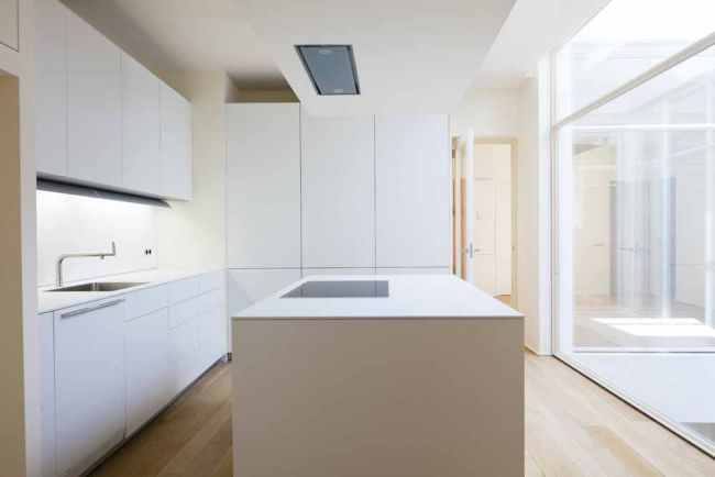 Clean white kitchen | cooking island | Kochinsel
