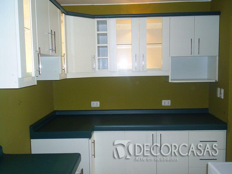 mueble de cocina con tablero de color verde post formado tiene ...
