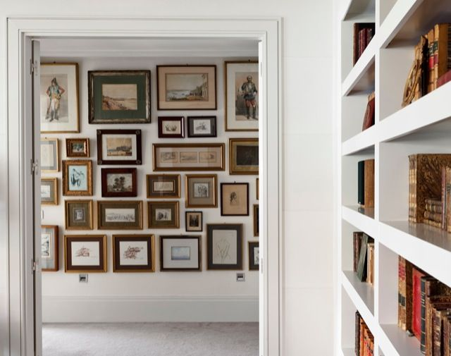 Como decorar un pasillo con peque os cuadros marcos - Decorar pasillos con cuadros ...