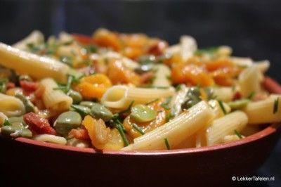 Pastasalade met tuinbonen spek en abrikozen