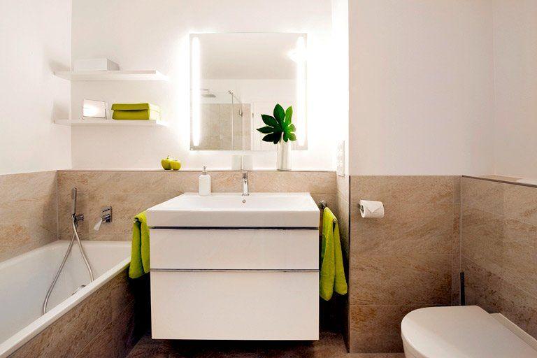 Badezimmer mit halbhohem sandfarbenen fliesenspiegel for Badezimmer fliesenspiegel