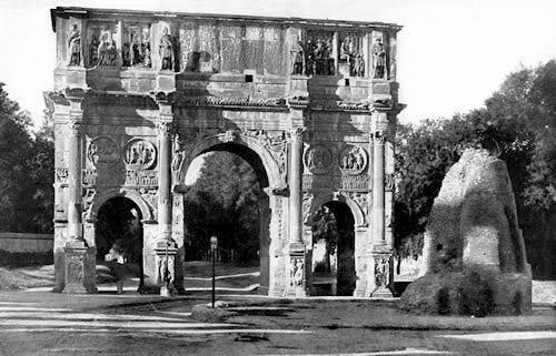 En fronte do arco de Constantino poden verse as ruinas dunha monumental fonte. Construida polos Flavios no espacio antes pertencente ó palacio de Nerón, recibe o seu nome porque unha meta do circo era a encargada de botar a auga da fonte, que esvaraba polos seus lados coma se sudase. En 1936 o caudillo fascista Benito Mussolini decidiu destruila.