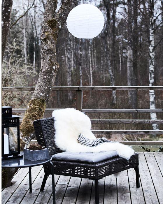 couvrez les chaises de peaux de mouton et de couvertures. Black Bedroom Furniture Sets. Home Design Ideas
