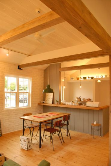 真っ白いレンガの壁に板張りの勾配天井 可愛いとカッコいいのバランス