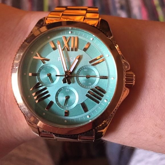 Rose gold & mint green faced Fossil watch. Rose gold with mint coloured face Fossil watch! Comes with the links and was only worn a few times- looks brand new. Has a stop watch, 24 hour time & day of the week. :) Fossil Jewelry